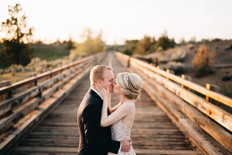 bride and groom kiss trestle bridge brasada